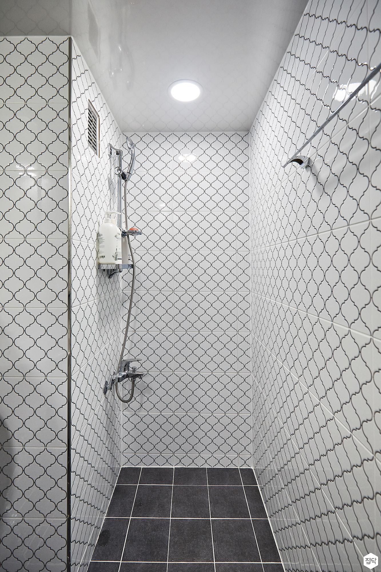 욕실,심플,화이트,호리병타일,다운라이트조명