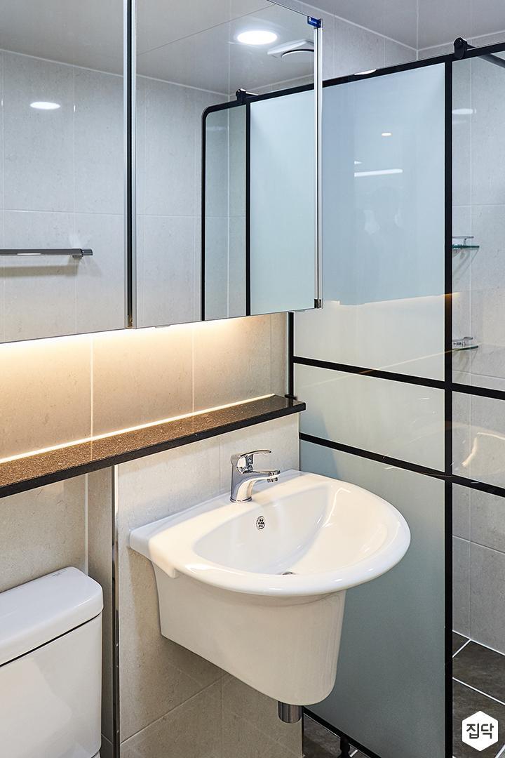욕실,심플,그레이,슬라이딩거울장,간접조명,파티션,젠다이,세면대