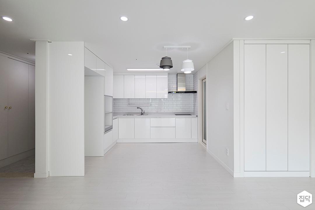 주방,심플,화이트,ㄱ자싱크대,냉장고장,붙박이장,펜던트조명