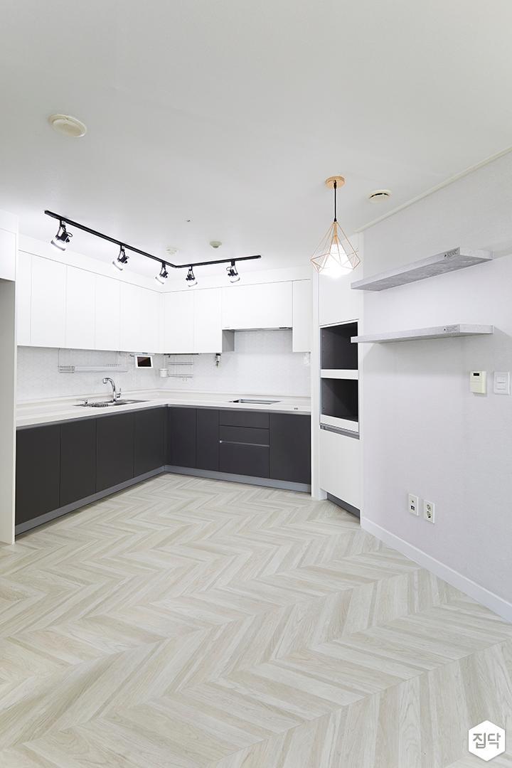 주방,심플,화이트,ㄱ자싱크대,레일스팟조명,펜던트조명,무지주선반,냉장고장