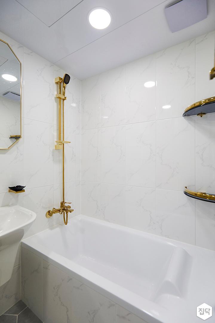 욕실,심플,골드,화이트,헥사곤패턴,욕조,코너선반