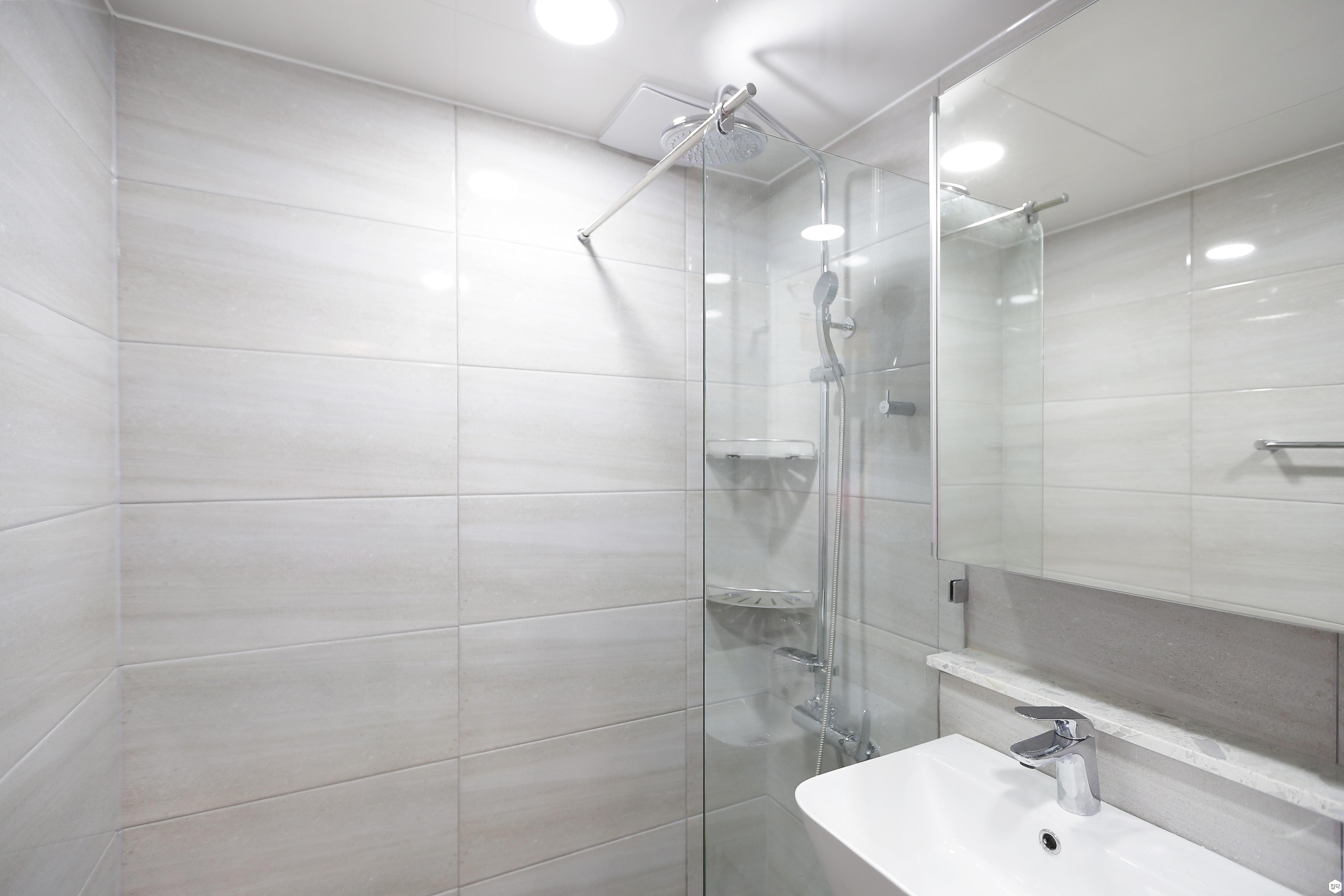 유리파티션,세면대,파티션,코너선반,샤워기,다운라이트조명,욕실타일,욕실,화장실