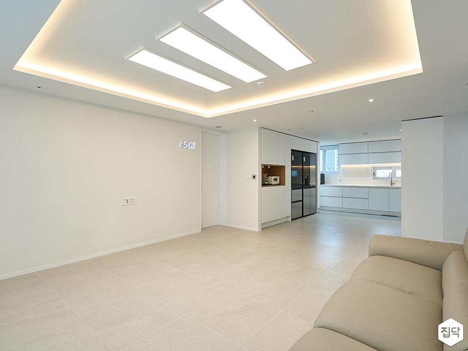 화이트,거실,포세린,우물천장,간접조명,LED조명,냉장고장,수납장
