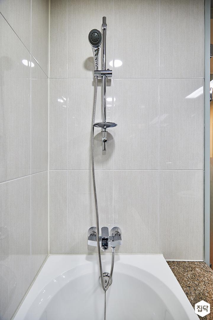 화이트,심플,다운라이트조명,샤워기,샤워룸