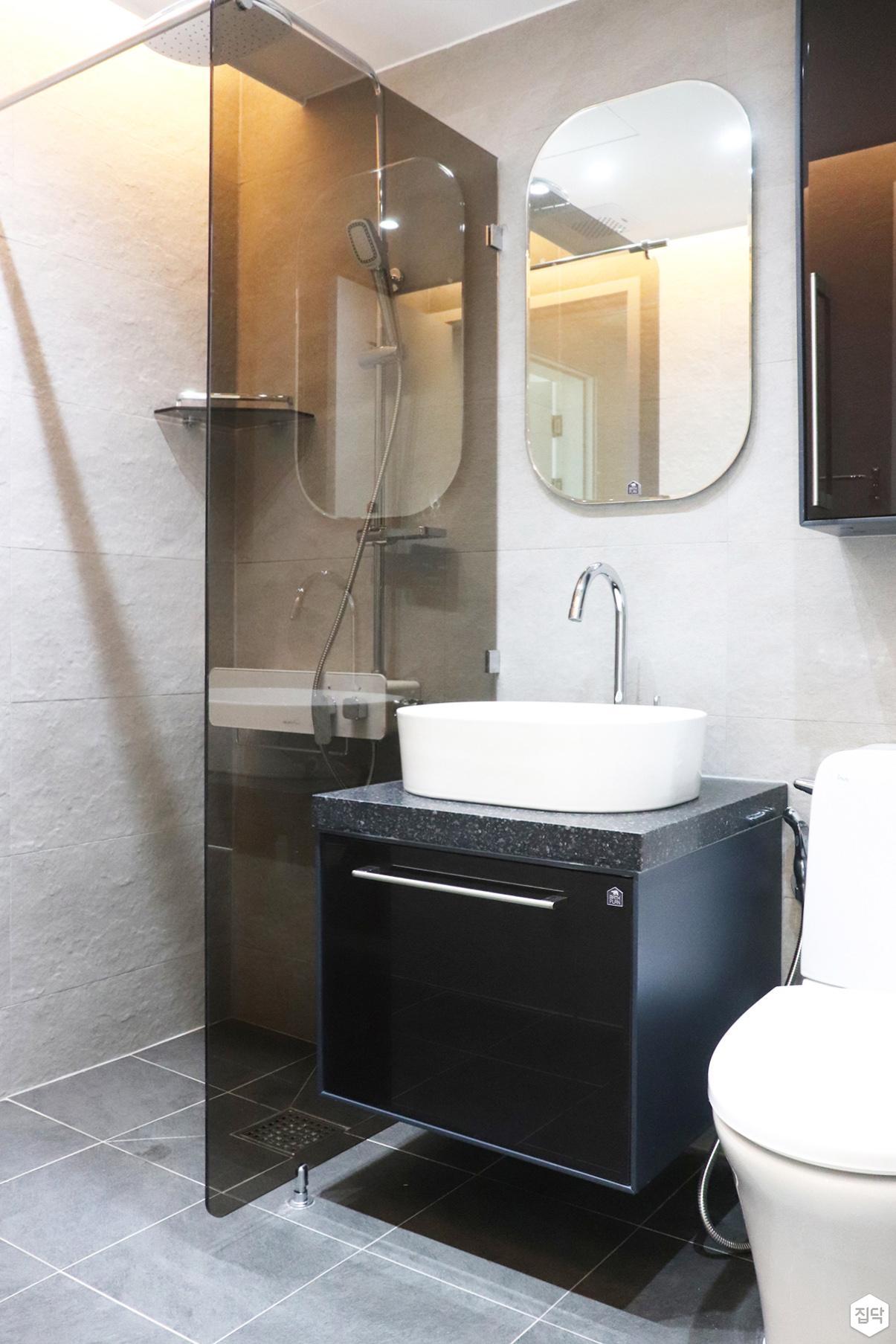 화이트,블랙,거울,유리파티션,세면대,수납장,화장실