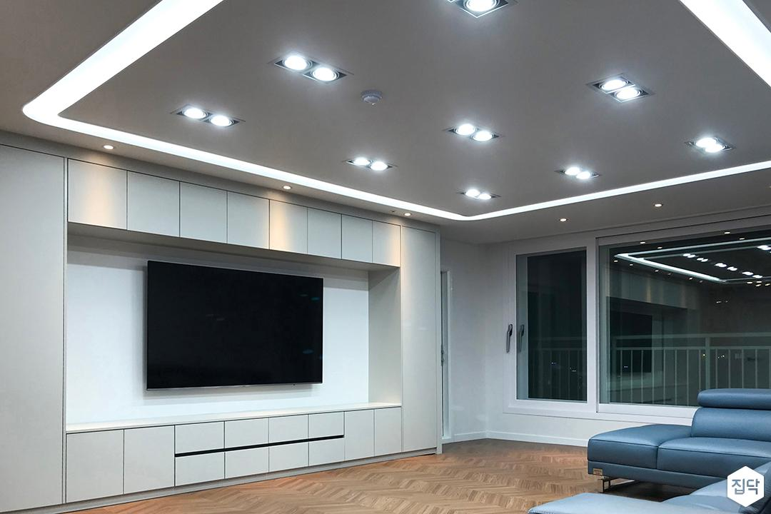 화이트,모던,다운라이트조명,헤링본마루,LED조명,거실
