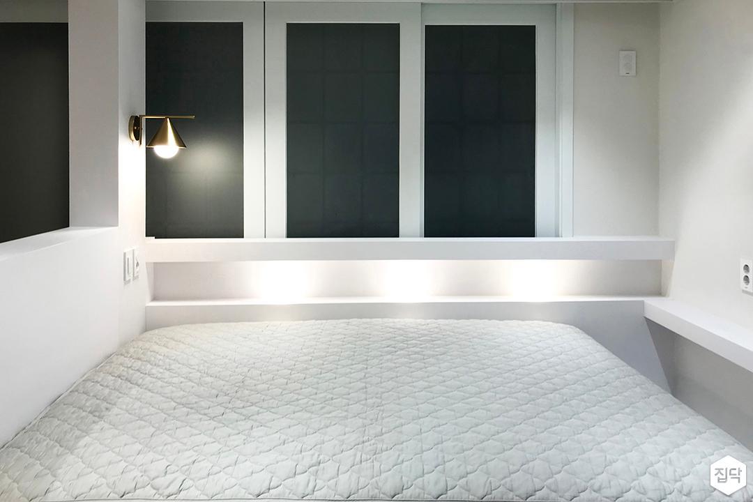 화이트,심플,모던,브라켓조명,침대,수납선반