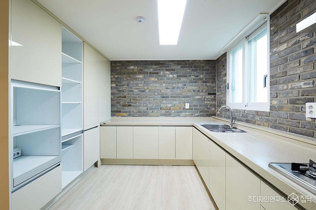 주방,고벽돌,LED조명,수납공간,싱크대
