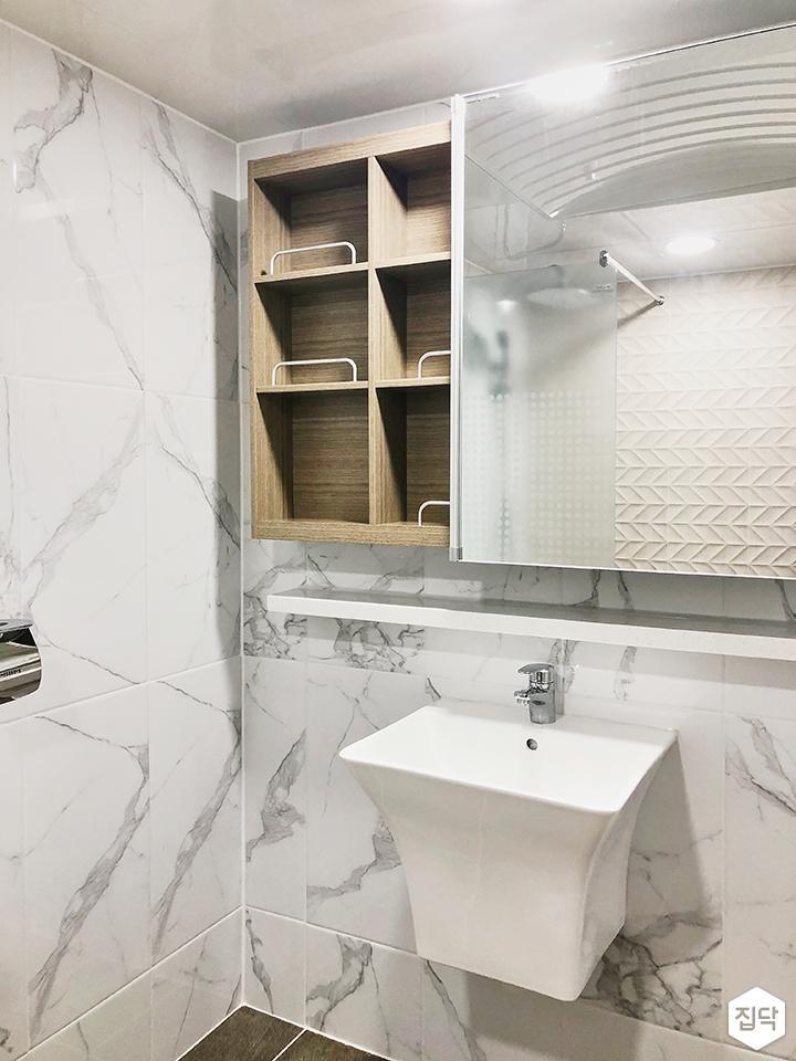 화이트,심플,모던,슬라이딩거울,수납거울,비앙코카라라패턴,패턴타일,세면대,욕실