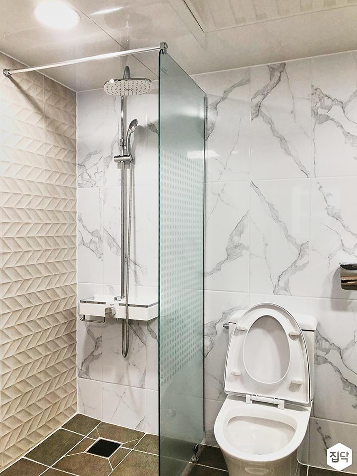 화이트,심플,모던,비앙코카라라패턴,패턴타일,유리파티션,샤워기,욕실