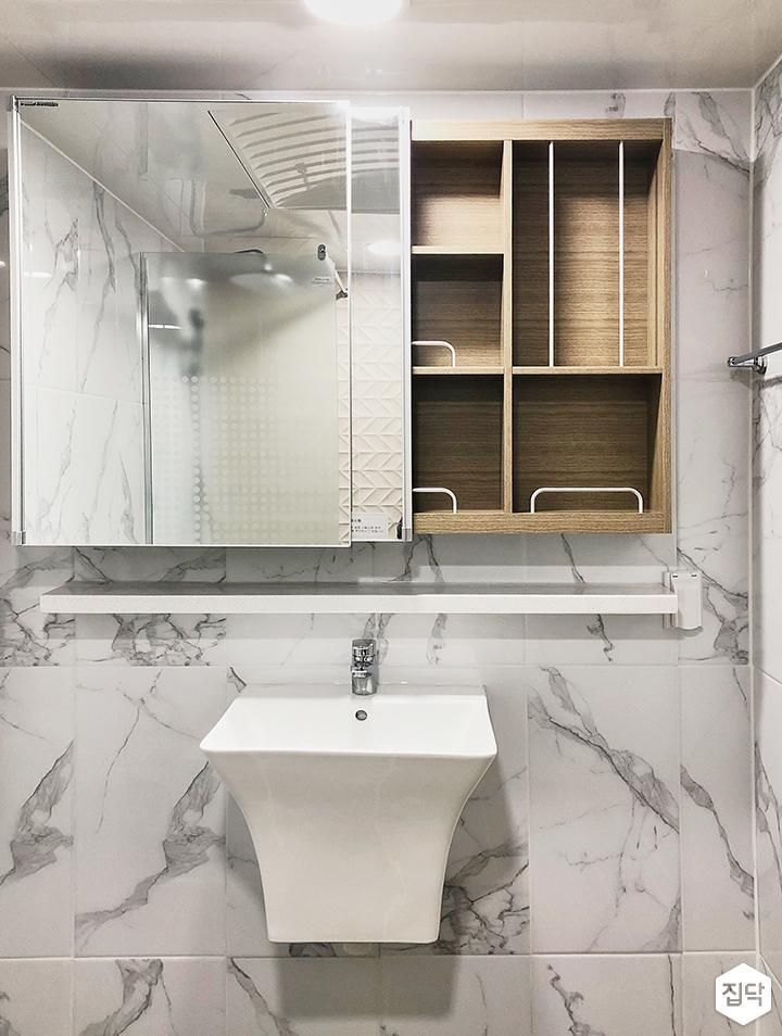 화이트,심플,모던,비앙코카라라패턴,패턴타일,슬라이딩거울,수납거울,욕실