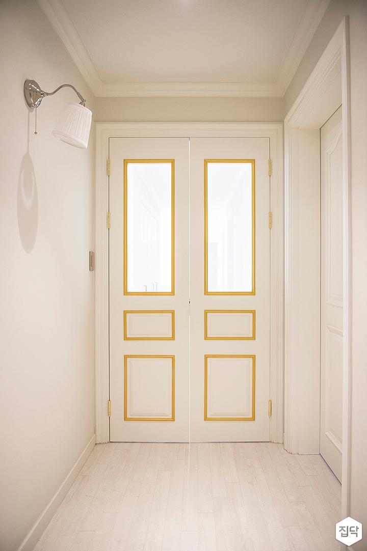화이트,골드,모던,클래식,브라켓조명,포인트창,여닫이중문,중문,현관