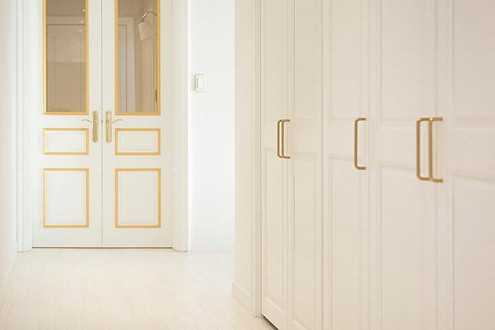 화이트,골드,모던,클래식,다운라이트조명,포인트창,여닫이중문,중문,수납장,현관