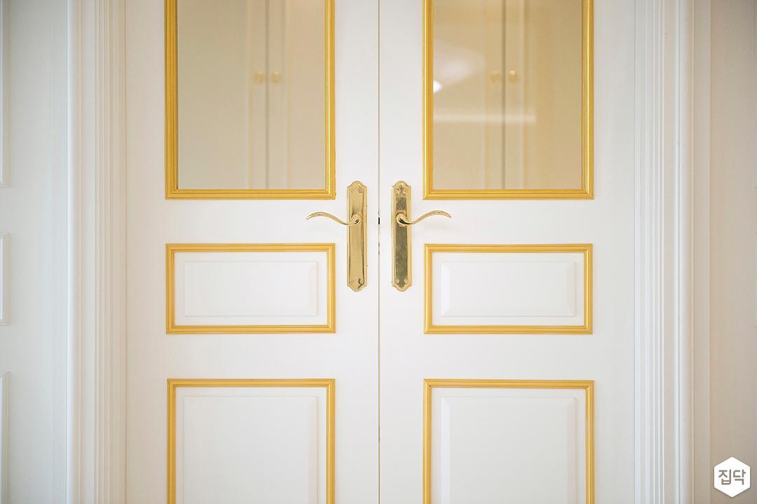화이트,골드,심플,모던,중문,여닫이중문,포인트창,웨인스코팅,현관