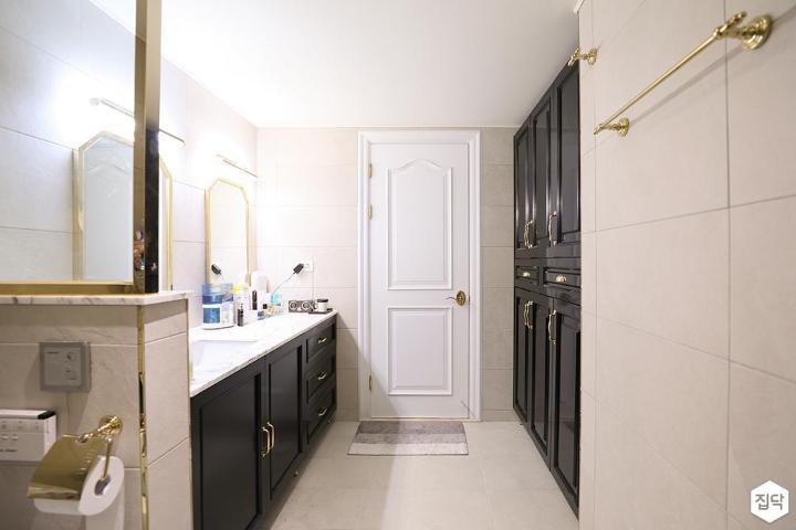 화이트,골드,블랙,모던,럭셔리,포세린타일,거울,브라켓조명,세면대,욕실