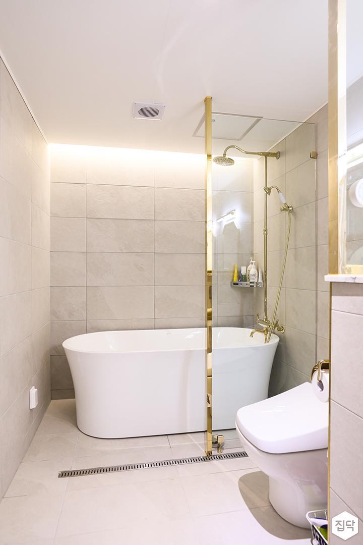 화이트,골드,블랙,모던,럭셔리,포세린타일,유리파티션,간접조명,욕조,욕실