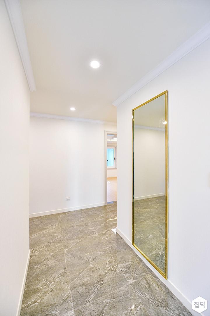 화이트,심플,모던,다운라이트조명,거울,폴리싱타일,현관