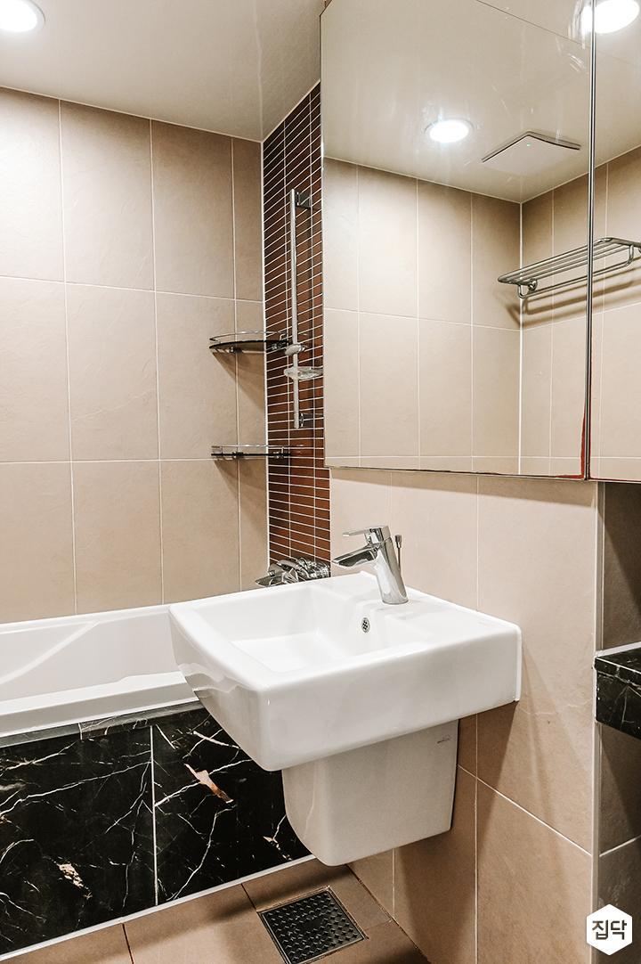 브라운,심플,내츄럴,슬라이딩거울,수납거울,세면대,포세린타일,욕조,욕실