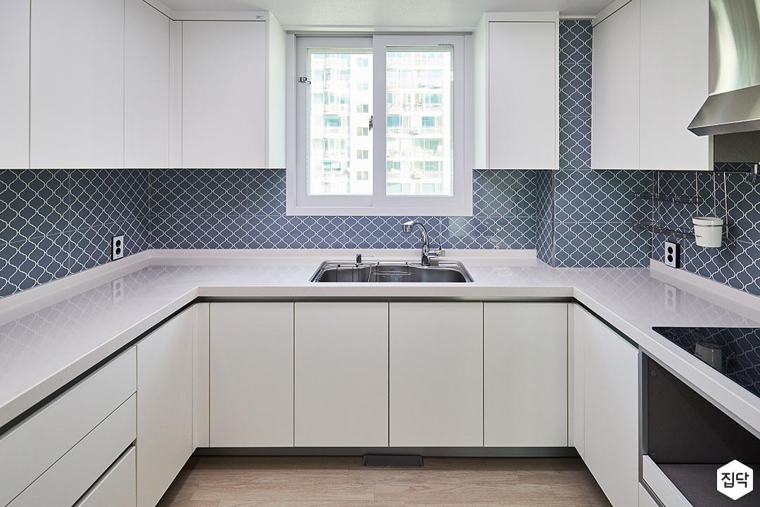 화이트,블루,심플,모던,실링라이트조명,패턴타일,싱크대,수납장,냉장고장,주방