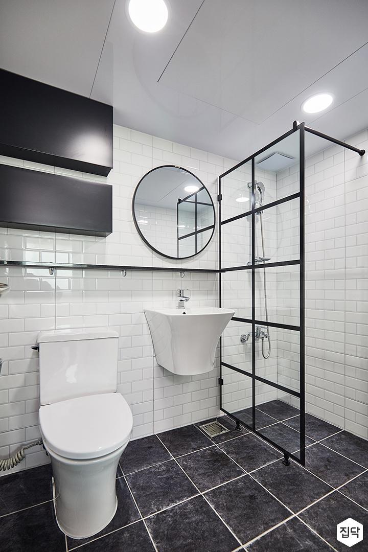 화이트,블랙,심플,모던,다운라이트조명,세면대,거울,수납선반,수납장,유리파티션,폴리싱타일,욕실