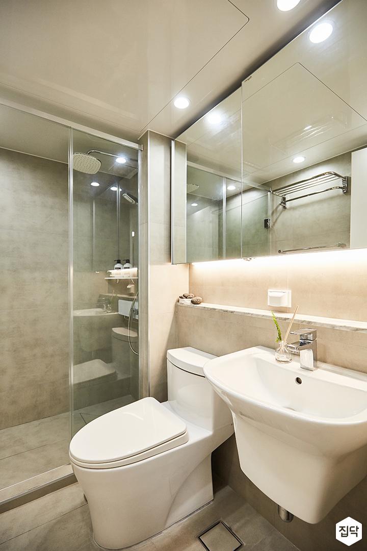 화이트,심플,모던,다운라이트조명,슬라이딩거울,수납거울,젠다이,세면대,유리파티션,포세린타일,욕실