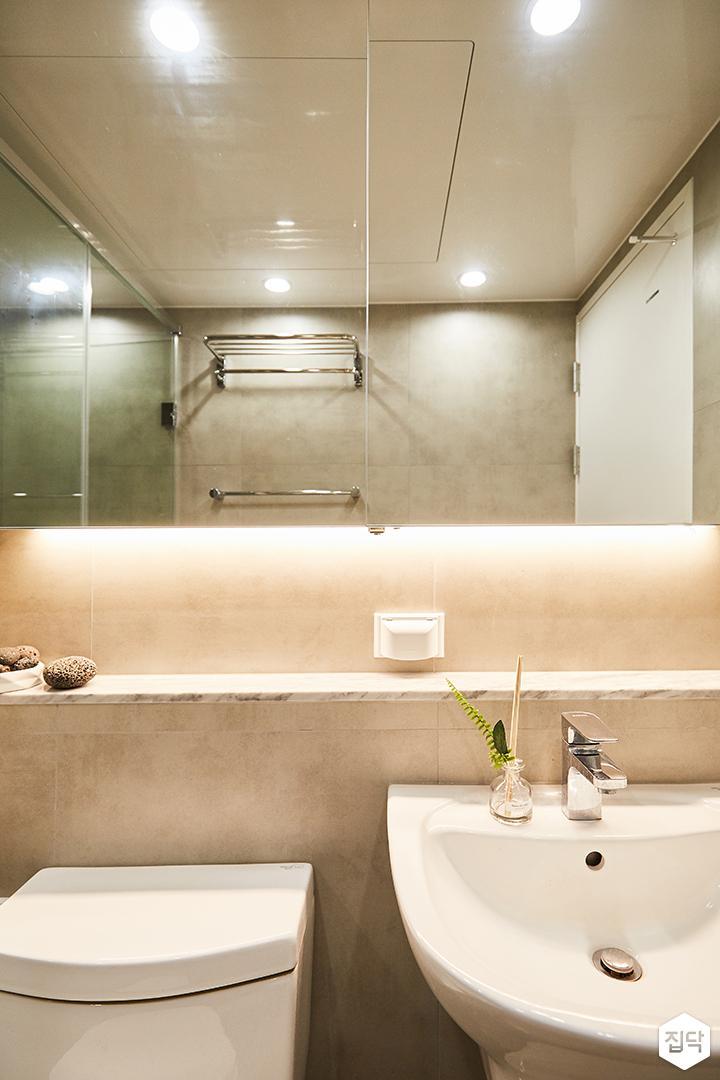 화이트,심플,모던,다운라이트조명,슬라이딩거울,수납거울,젠다이,세면대,포세린타일,욕실