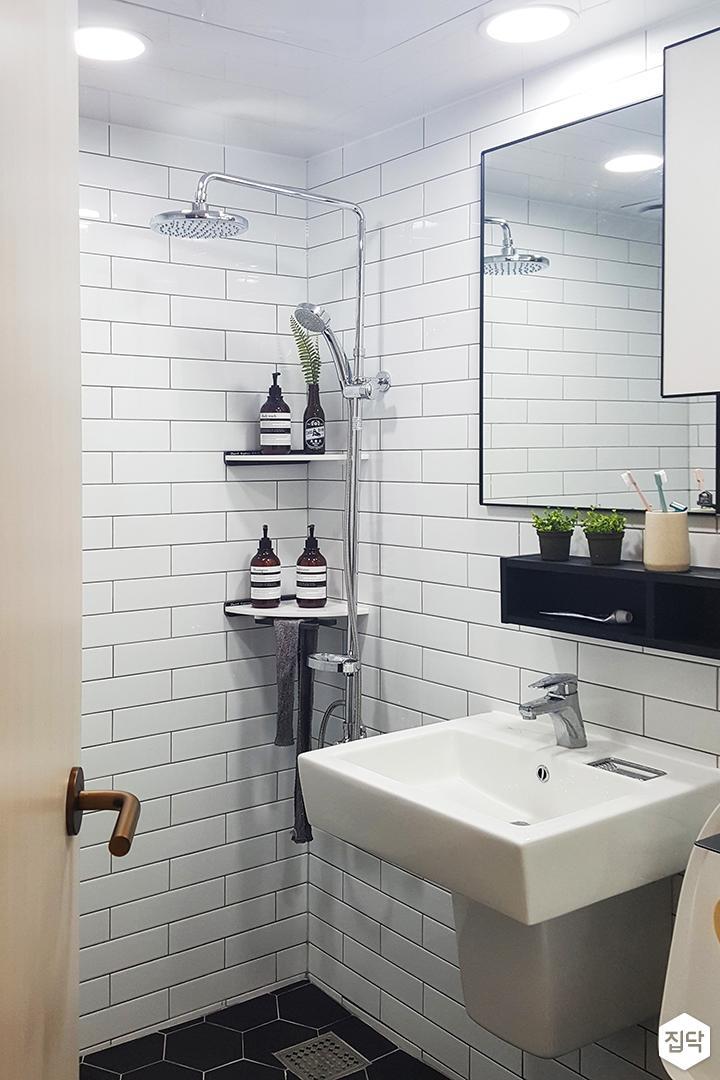 화이트,심플,내츄럴,매입등,거울,세면대,수납장,코너선반,해바라기샤워기,헥사곤타일,욕실
