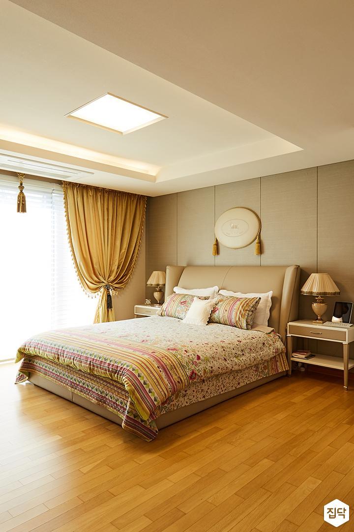 안방,침실,클래식,엔틱,브라운,럭셔리,그레이,간접조명,LED조명,커튼,침대,협탁,스탠드