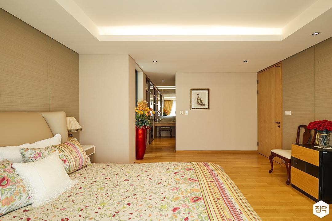 안방,침실,클래식,엔틱,브라운,럭셔리,침대,간접조명
