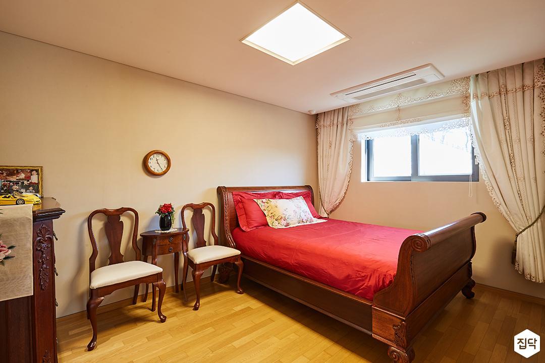 침실,브라운,모던,레드,침대,의자,클래식,엔틱,LED조명,커튼