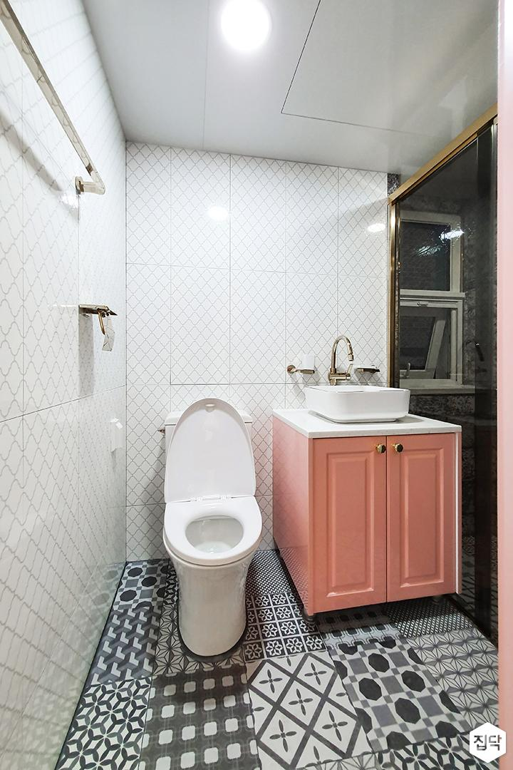 화이트,심플,모던,다운라이트조명,아트타일,패턴타일,세면대,욕실