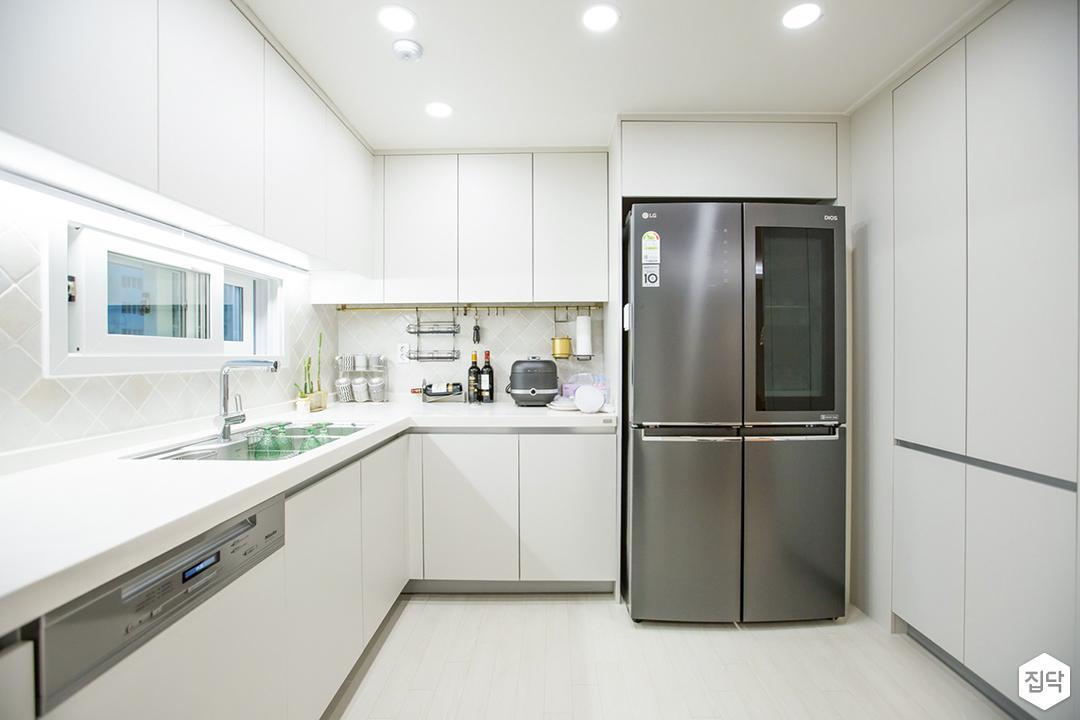 화이트,심플,모던,다운라이트조명,상부장,냉장고장,싱크대,주방