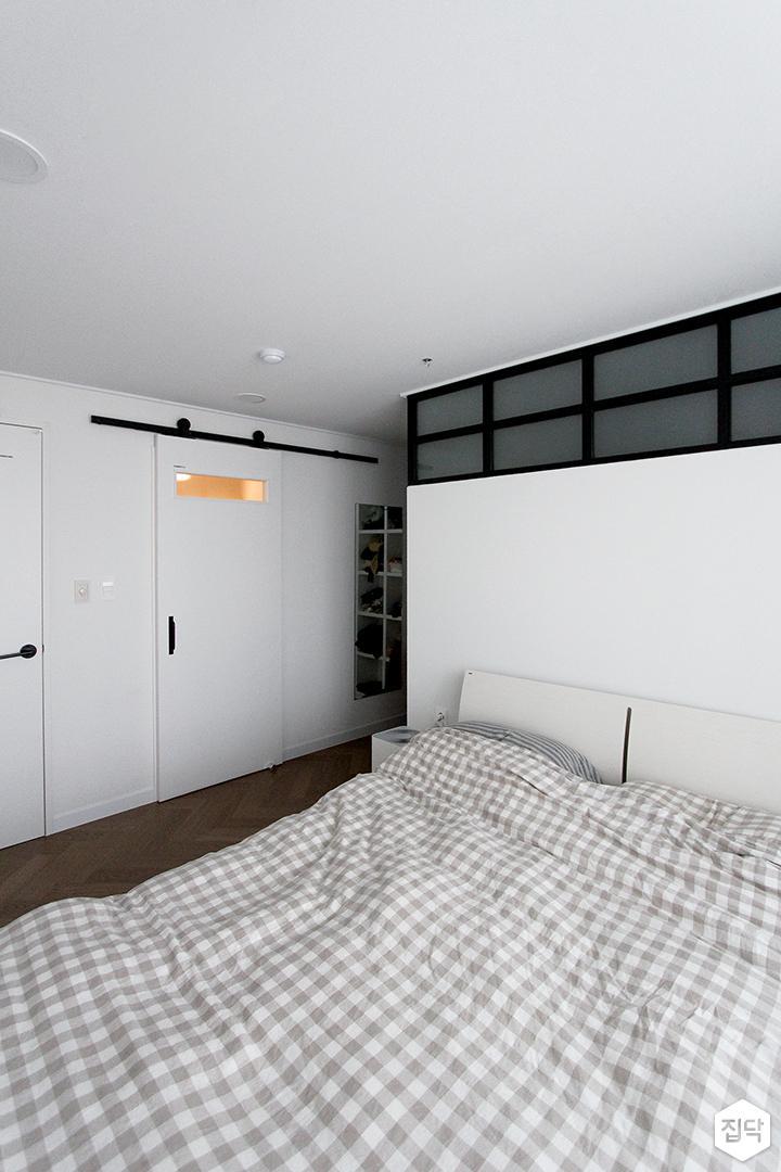 화이트,모던,심플,침실,침실조명,가벽