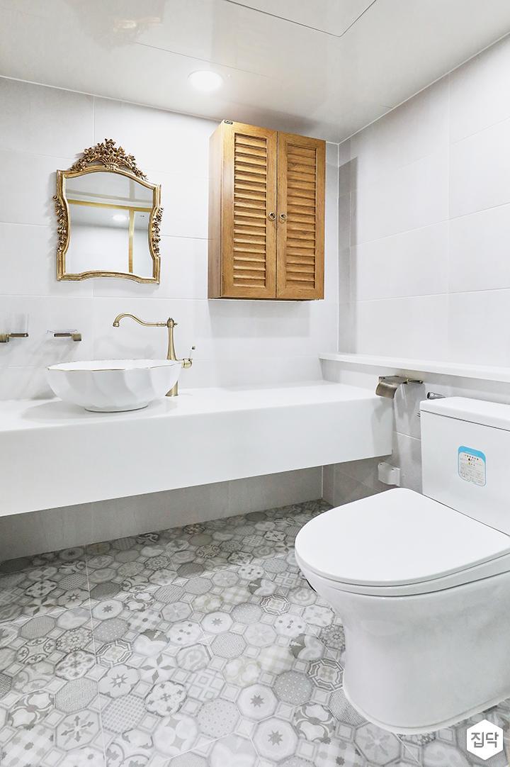 화이트,클래식,욕실,욕실조명,욕실수전,타일,패턴타일
