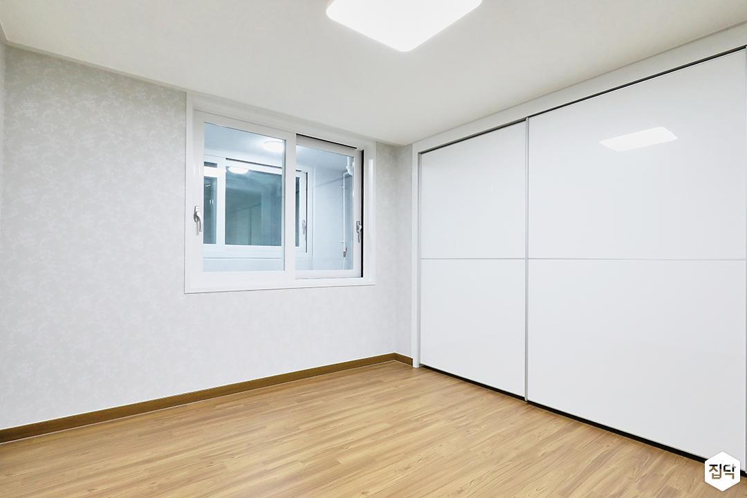 화이트,내츄럴,침실,침실조명,붙박이장,마루바닥