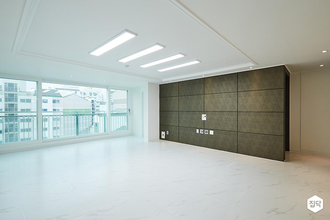 거실,폴리싱타일,아트월,LED조명,발코니확장,우물천장