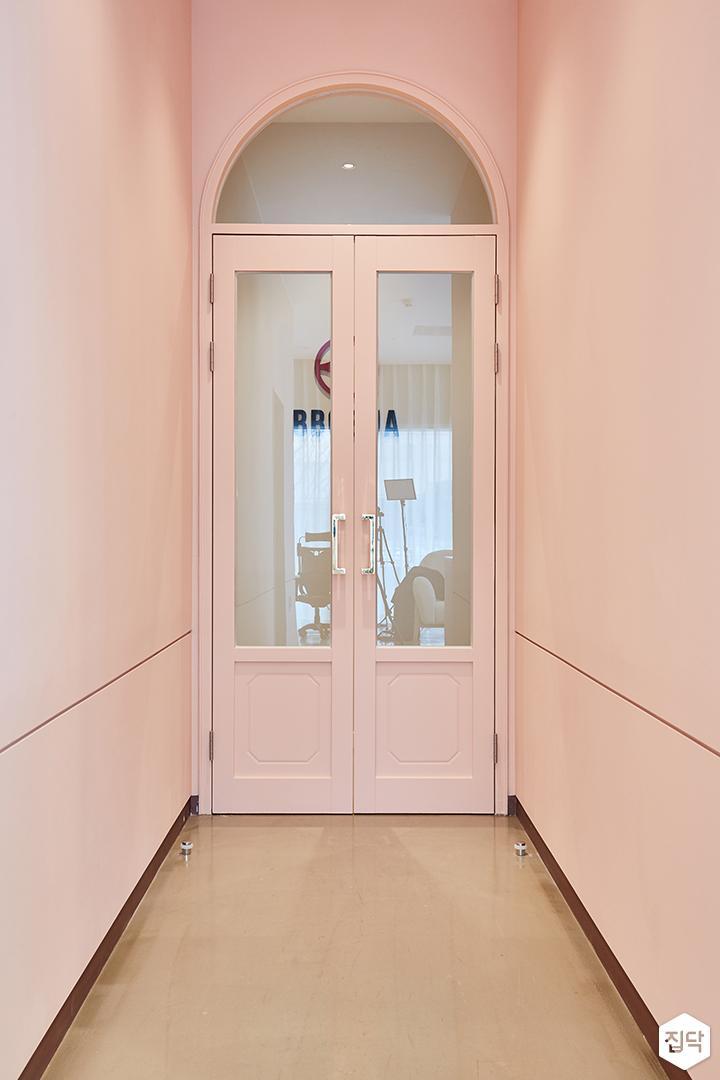 핑크,모던,심플,복도,여닫이문