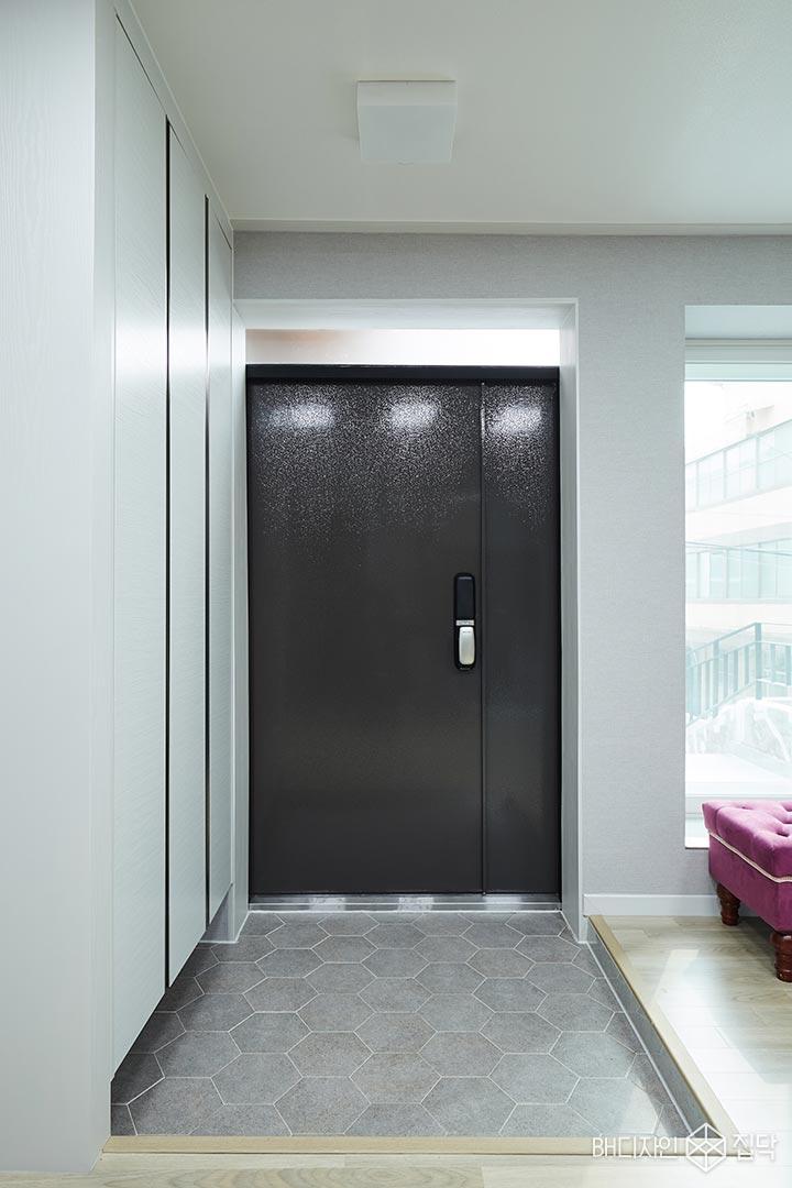 현관,헥사곤타일,그레이,방화문,블랙