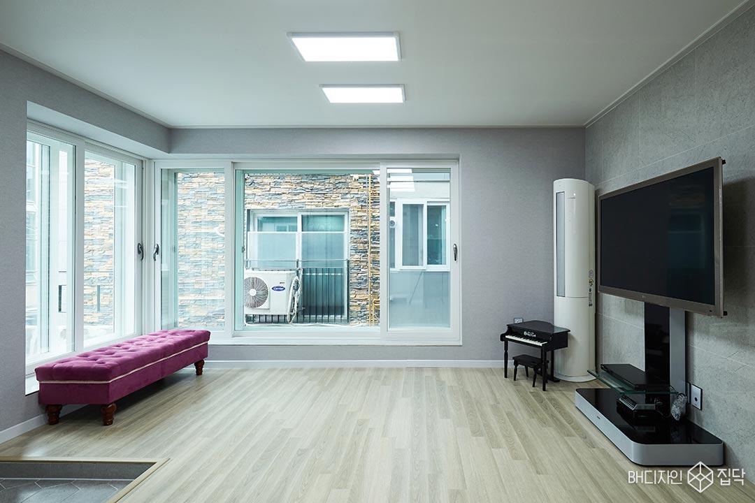 강마루,LED조명,거실,그레이,실크벽지