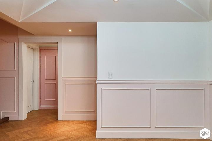 화이트,핑크,클래식,침실,웨인스코팅,조명