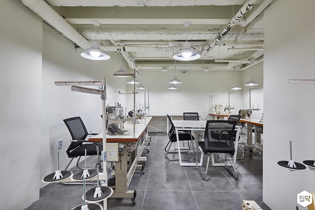 화이트,그레이,내추럴,빈티지,작업실,포세린,펜던트조명,책상,의자
