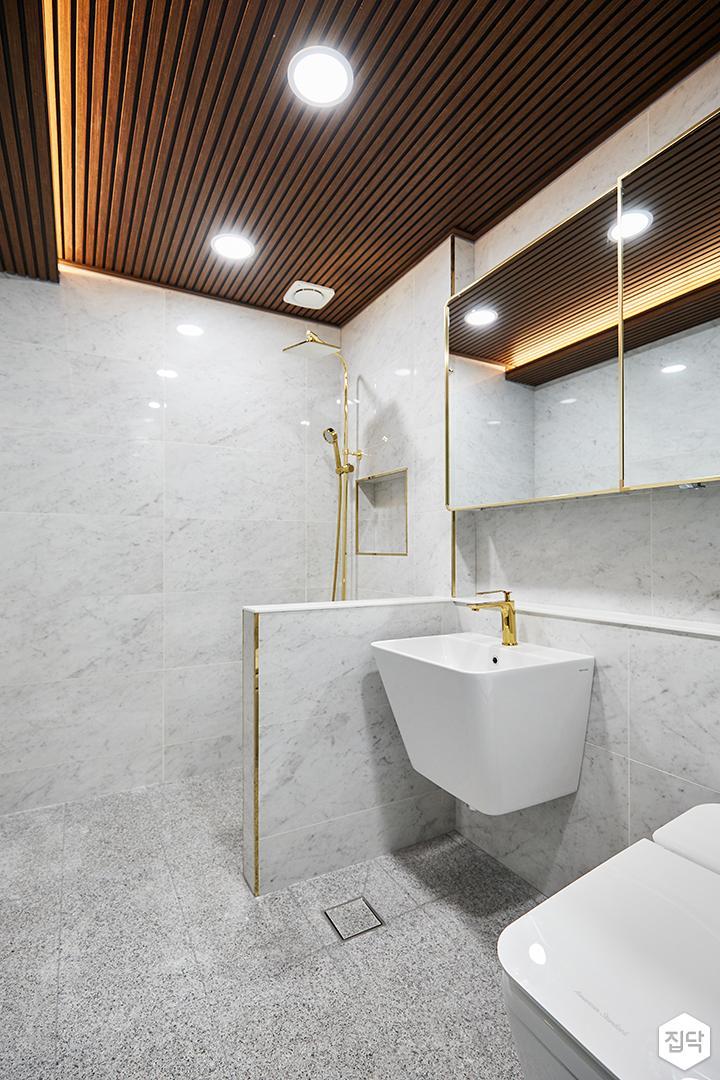 화이트,골드,럭셔리,욕실,대리석,간접조명,다운라이트조명,수납장,세면대,샤워기,거울