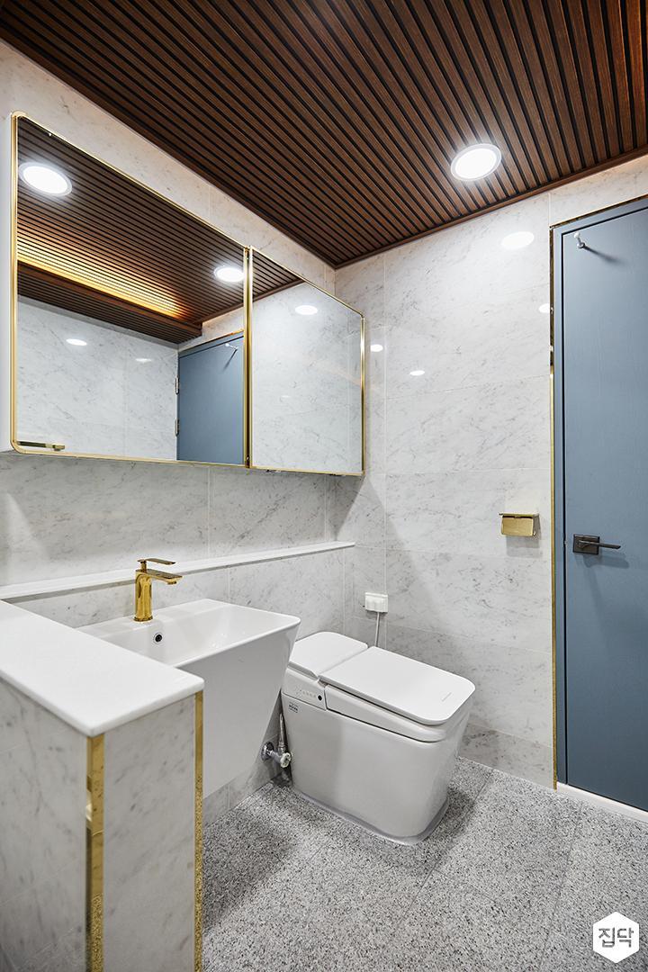 화이트,골드,럭셔리,욕실,대리석,다운라이트조명,수납장,세면대,거울