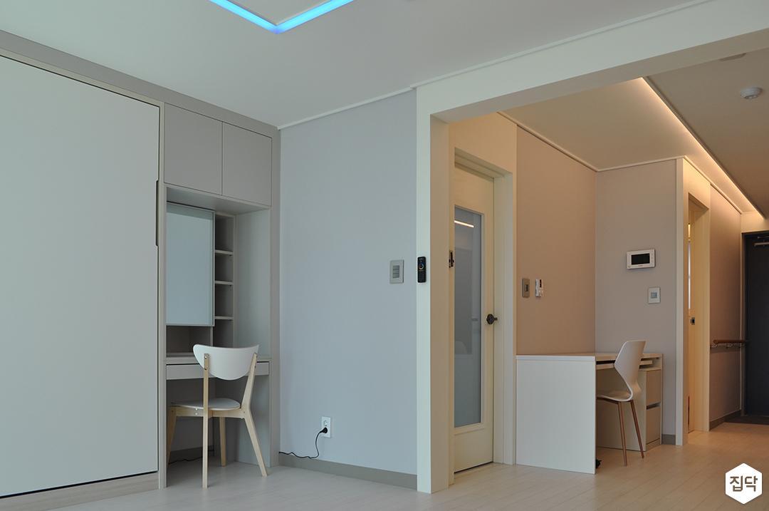 화이트,모던,거실,원목마루,몰딩,간접조명,LED조명,테이블,수납장,빌트인