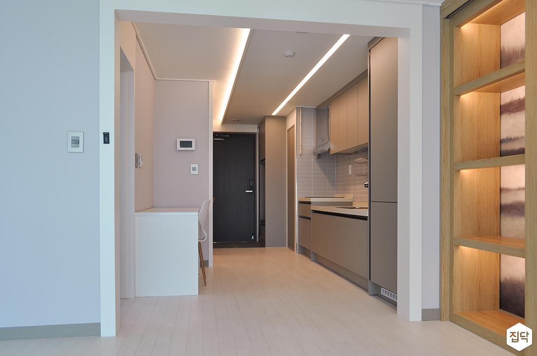 화이트,그레이,모던,주방,원목마루,간접조명,LED조명,테이블,싱크대,수납장