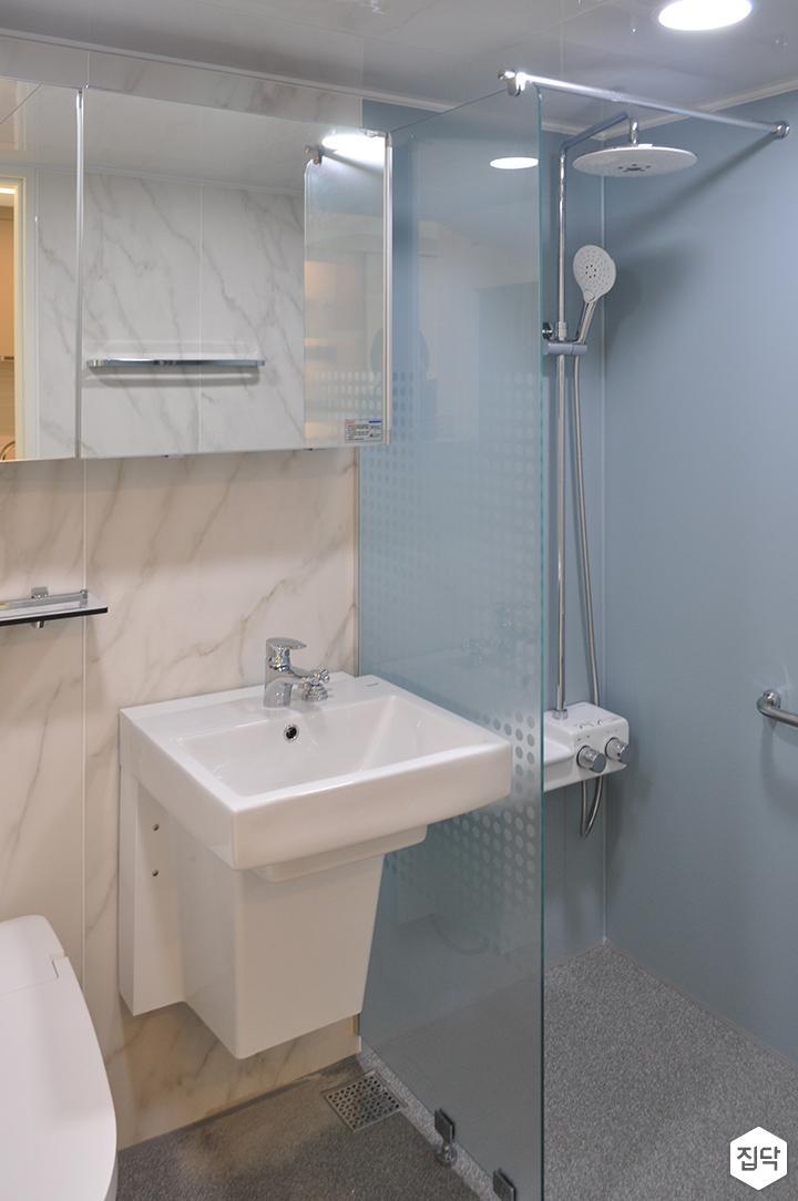 화이트,모던,욕실,포세린,매립등,비앙코카라라,수납장,선반,세면대,거울,샤워기,코너선반