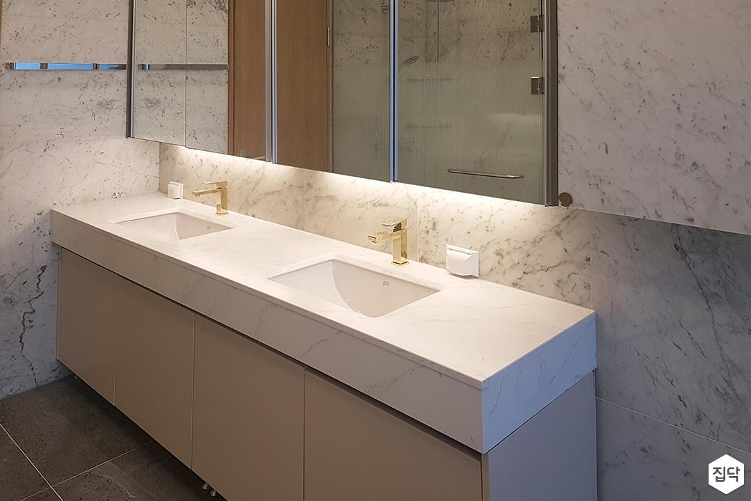 화이트,모던,욕실,대리석,간접조명,수납장,세면대,거울