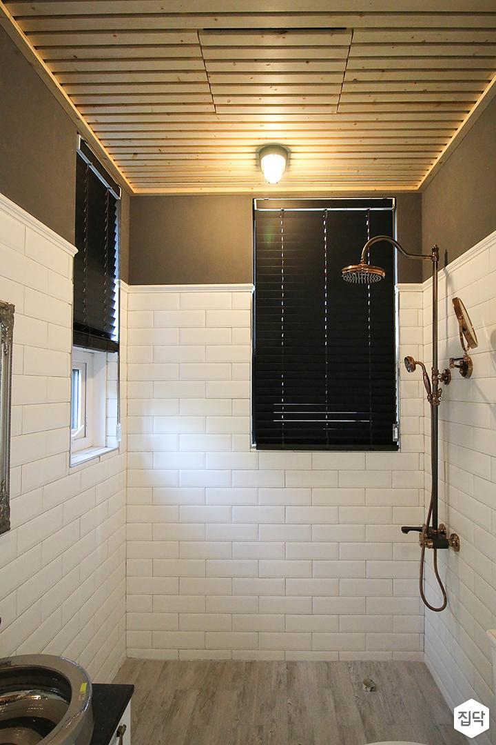 화이트,그레이,뉴클래식,욕실,욕실타일,LED조명,샤워기,블라인드