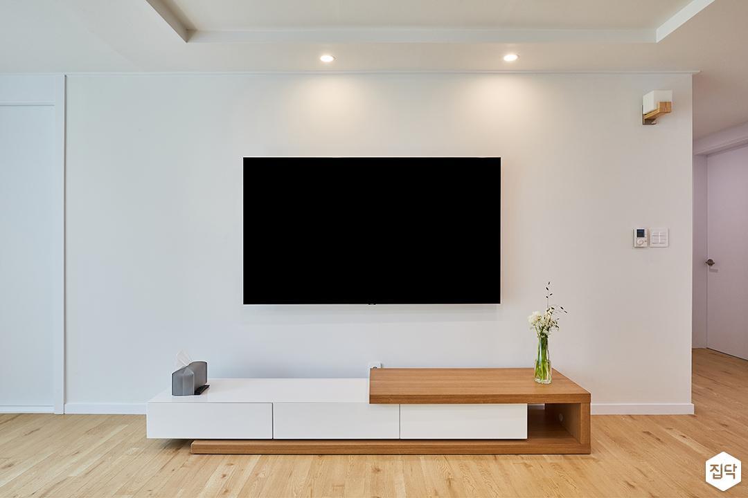화이트,모던,심플,거실,우물천장,다운라이트조명,TV선반