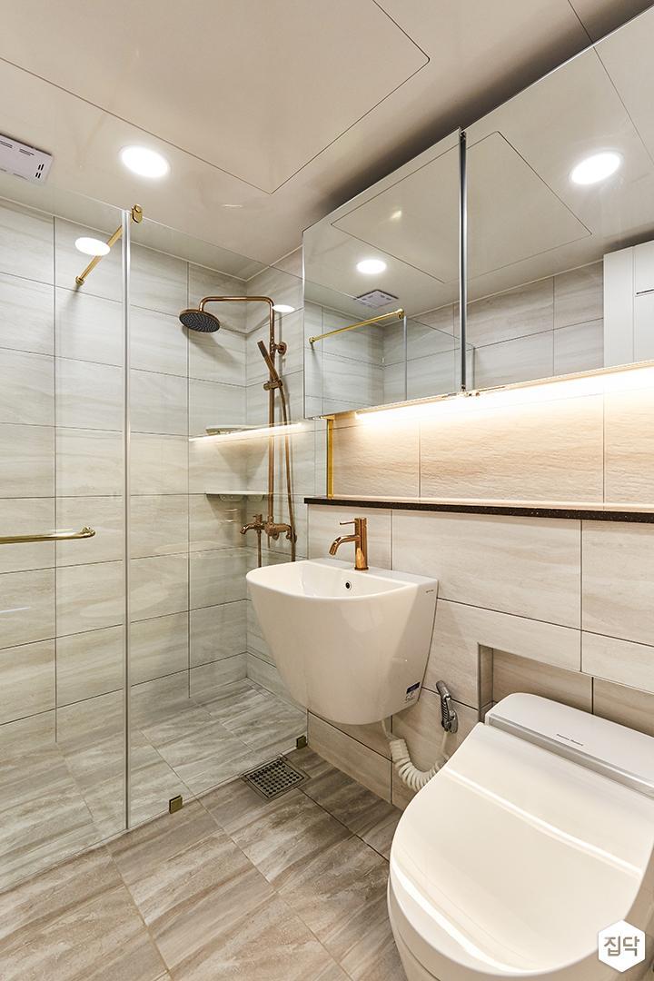 브라운,골드,모던,럭셔리,욕실,포세린,매립등,간접조명,비앙코카라라,수납장,파티션,세면대,샤워기,거울